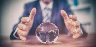 Homme d'affaires prévoyant une boule de cristal images libres de droits