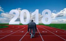 Homme d'affaires prêt à sprinter sur la ligne de départ de l'année 2018 photos stock