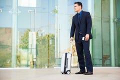 Homme d'affaires prêt à voyager Photos stock