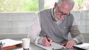 Homme d'affaires prenant des notes pendant une pr?sentation clips vidéos