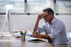 Homme d'affaires prenant des notes sur un livre Images libres de droits