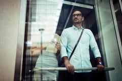 Homme d'affaires prenant l'ascenseur photos libres de droits