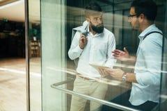 Homme d'affaires prenant l'ascenseur photographie stock