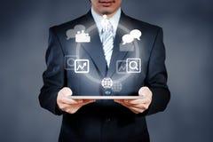 Homme d'affaires prenant la décision sur l'espace de travail de réunion avec le comprimé Image libre de droits