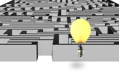 Homme d'affaires prenant le ballon de lampe volant au-dessus du dessus du mur de labyrinthe Photo stock