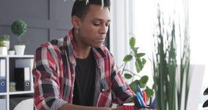 Homme d'affaires prenant le petit déjeuner tout en travaillant sur l'ordinateur portable au bureau banque de vidéos