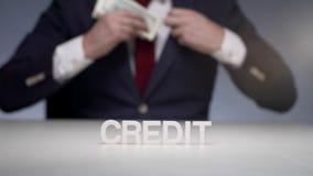Homme d'affaires prenant le prêt de la banque financière Prêt aux petites entreprises banque de vidéos
