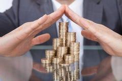 Homme d'affaires prenant soin des pièces de monnaie Photos libres de droits
