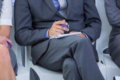 homme d'affaires prenant une note au cours d'une réunion Photos stock