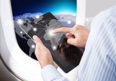 Homme d'affaires pressant le réseau social et la technologie des communications moderne photos stock