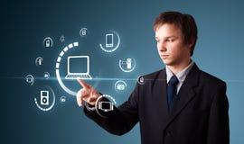Homme d'affaires pressant le type de supports virtuel des boutons Photographie stock