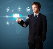 Homme d'affaires pressant le type virtuel de transmission de messages d'icônes Photographie stock libre de droits
