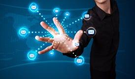 Homme d'affaires pressant le type virtuel de transmission de messages d'icônes Images libres de droits