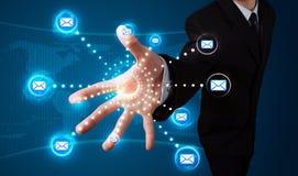 Homme d'affaires pressant le type virtuel de transmission de messages d'icônes Photos stock