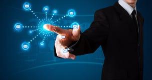 Homme d'affaires pressant le type virtuel de transmission de messages d'icônes Photo libre de droits