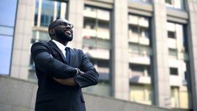 Homme d'affaires professionnel recherchant, bras de croisement, motivés pour la croissance de carrière image stock