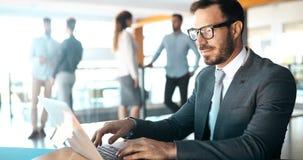 Homme d'affaires professionnel travaillant sur l'ordinateur portable dans le bureau photographie stock