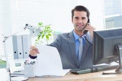 Homme d'affaires professionnel vérifiant à son carnet photographie stock