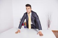 Homme d'affaires puissant au bureau image stock