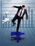 Homme d'affaires qui terminent un puzzle image libre de droits