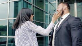 Homme d'affaires quittant le bureau touchant la femme de collègue Elle le giflant par le visage clips vidéos