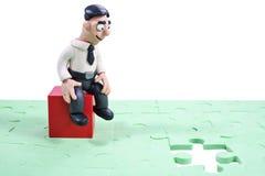 Homme d'affaires réfléchi avec des puzzles Images stock