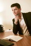 Homme d'affaires réfléchi dans le bureau image stock