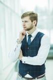 Homme d'affaires réfléchi de débutant se tenant près de la fenêtre Photos libres de droits