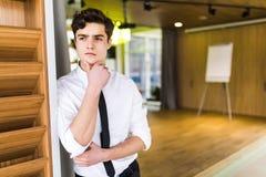 Homme d'affaires réfléchi s'asseyant de pensée de lieu de travail de bureau d'homme d'affaires regardant l'espace de copie Photo libre de droits