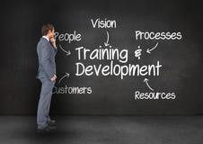 Homme d'affaires réfléchi se tenant contre le concept de formation d'affaires sur le tableau noir image stock
