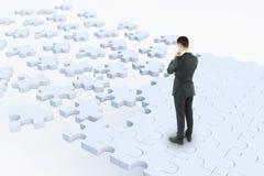 Homme d'affaires réfléchi sur la route de puzzle illustration stock