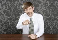 Homme d'affaires rétro sur le vendeur de table de bureau Photographie stock