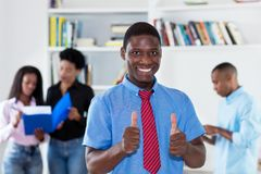 Homme d'affaires réussi d'afro-américain avec le lien et collègues photographie stock libre de droits