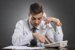 Homme d'affaires réussi composant au téléphone image stock