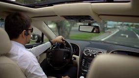 Homme d'affaires réussi conduisant la voiture chère pour travailler, service de transport Photos stock