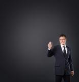 Homme d'affaires réussi et futé écrivant le texte imaginaire Images libres de droits