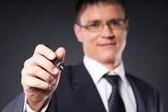 Homme d'affaires réussi et futé écrivant le texte imaginaire Photos libres de droits