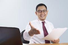 Homme d'affaires réussi Offering Hand Shake images libres de droits