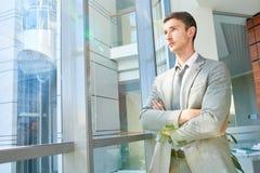 Homme d'affaires réussi par la fenêtre photographie stock libre de droits