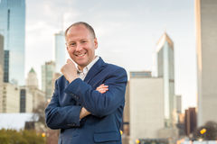 Homme d'affaires réussi parmi des immeubles de bureaux Photo libre de droits