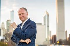 Homme d'affaires réussi parmi des immeubles de bureaux Images libres de droits