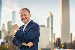 Homme d'affaires réussi parmi des immeubles de bureaux Photos libres de droits