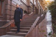 Homme d'affaires réussi sur l'escalier avec la valise Photos libres de droits