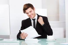 Homme d'affaires réussi tenant le papier Photographie stock libre de droits
