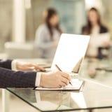 Homme d'affaires réussi travaillant sur l'ordinateur portable avec des données financières sur le lieu de travail dans un bureau  Images libres de droits