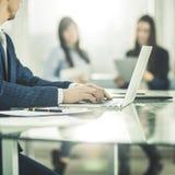 Homme d'affaires réussi travaillant sur l'ordinateur portable avec des données financières sur le lieu de travail dans un bureau  Photos stock