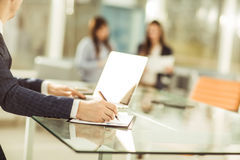 Homme d'affaires réussi travaillant sur l'ordinateur portable avec des données financières sur le lieu de travail dans un bureau  Photographie stock