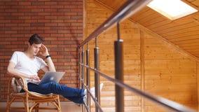 Homme d'affaires réussi utilisant le siège social de salon d'ordinateur portable à la maison banque de vidéos