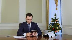 Homme d'affaires réussi utilisant un comprimé pour envoyer la félicitation d'email au-dessus de l'Internet Photo stock