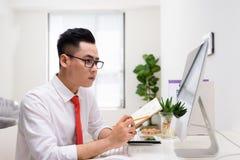 Homme d'affaires r?ussi travaillant avec l'ordinateur dans le bureau images libres de droits
